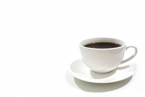 Un café en taza blanca