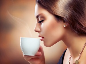 Tomando una humeante taza de café