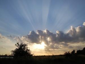 Postal: El sol asomandose entre las nubes