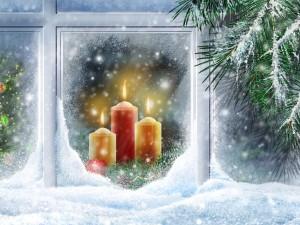 Postal: Velas y adornos de Navidad en la ventana