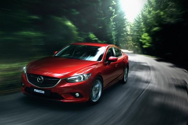 Mazda circulando por una carretera