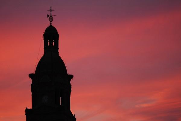 El campanario de una iglesia