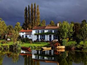 Casa blanca cerca del agua