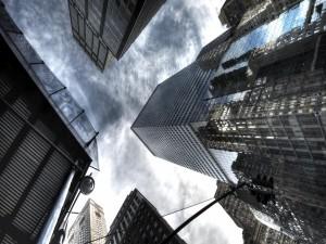 Mirando al cielo entre los edificios