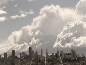 Postal: Grandes nubes en la ciudad