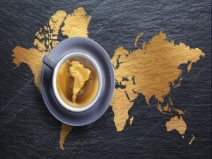 Mapa de América del Sur en una taza de café