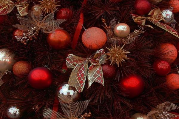 Árbol de Navidad decorado en tonos rojos
