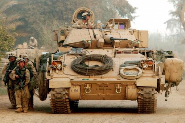Tanque y soldados en Iraq