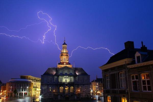 Relámpago sobre el ayuntamiento de Maastricht
