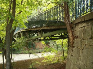 Postal: Puente peatonal que cruza un río