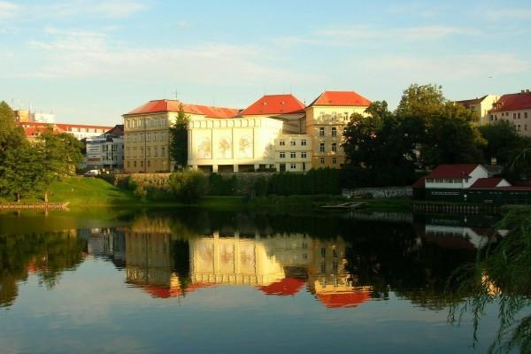 Edificios junto a un río