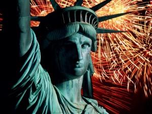 Postal: Fuego artificiales junto a la Estatua de la Libertad