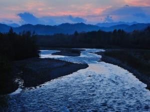 Río al anochecer
