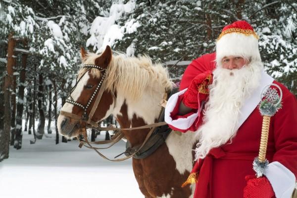 Santa Claus con un caballo