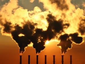 Postal: El humo de las chimeneas tapa al sol