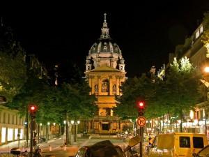 Postal: Iglesia en una ciudad