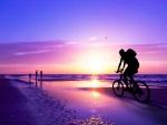 Recorriendo la playa al atardecer en bicicleta