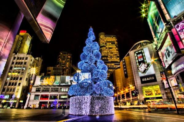 Adorno de Navidad en una ciudad