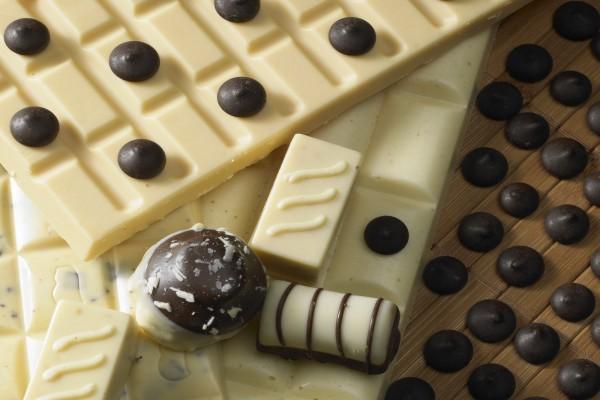 Tabletas de chocolate blanco y bolitas negras de chocolate