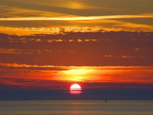 El sol se oculta en el mar