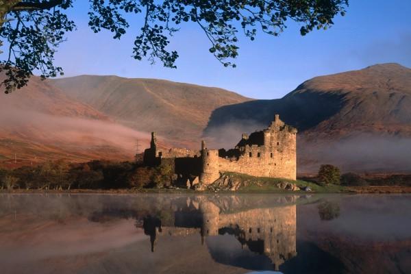 Castillo reflejado en el agua