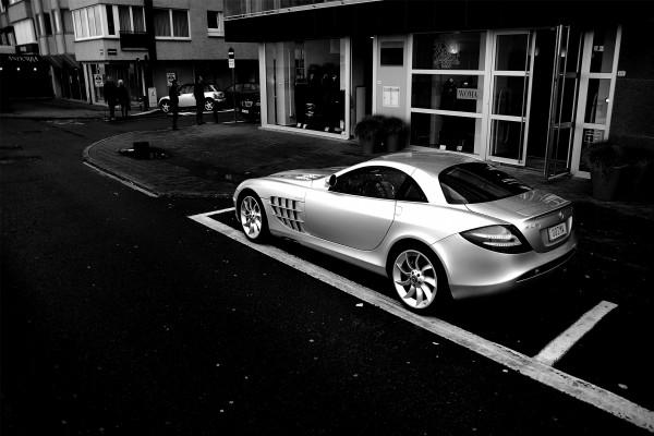 Mercedes aparcado en la puerta de la boutique