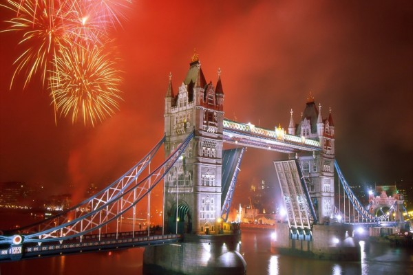 Fuegos artificiales y el Tower Bridge (Londres)