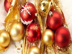 Tapiz con bolas doradas y rojas