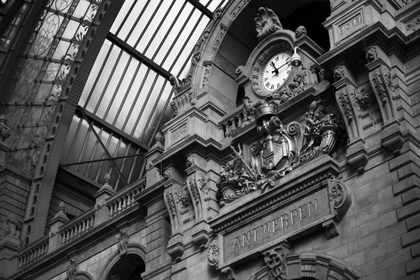 Reloj en la estación central de Amberes