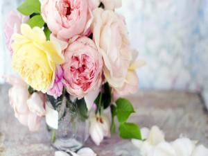 Rosas de distintos colores en un jarrón de vidrio