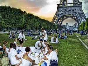 Postal: Picnic en el parque Campo de Marte, junto a la Torre Eiffel