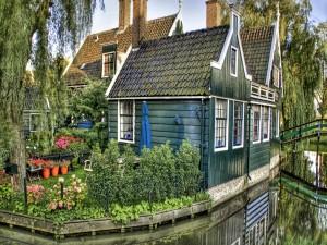 Casa con un pequeño jardín