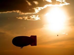 Postal: Globo y zeppelin en el cielo