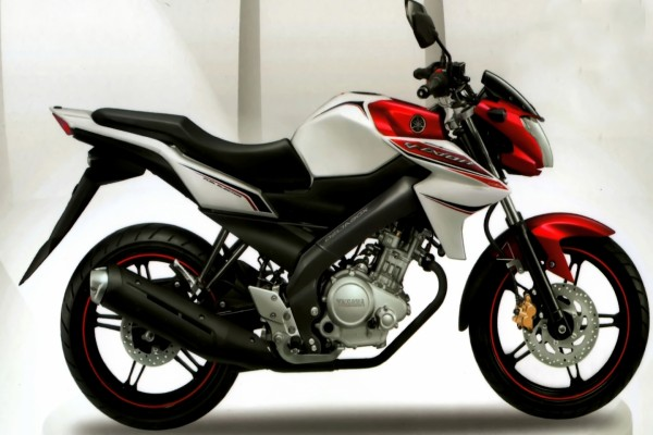 Moto Yamaha blanca, negra y roja