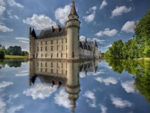 Postal: Castillo, nubes y árboles reflejados