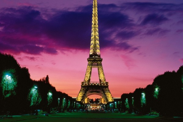 Una vista nocturna de la Torre Eiffel de París