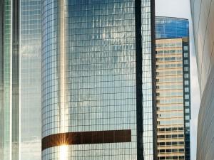 Edificios con ventanas de espejo