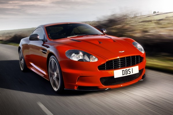 Aston Martin DBS en la carretera