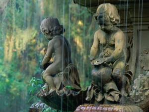 Estatuas de niños en la fuente