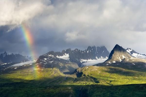 Pequeño arcoíris en las montañas