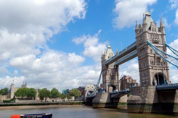 Puente de la Torre (Tower Bridge) cruzando el río Támesis (Londres)