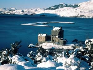 Castillo rodeado de nieve