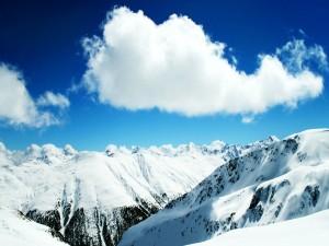Montañas nevadas y nubes en el cielo