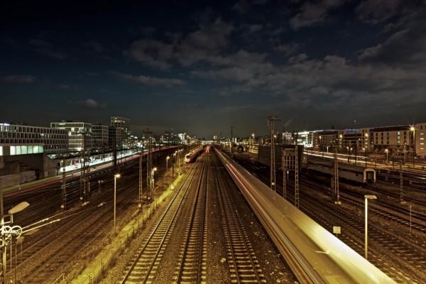 Luces en una estación de trenes
