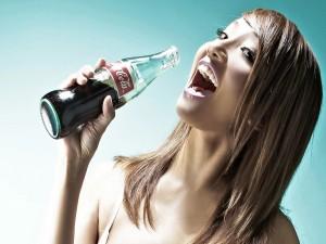 Postal: Chica tomando Coca-Cola