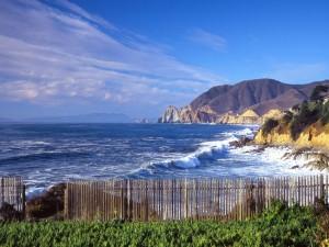 Valla de madera cerca del mar