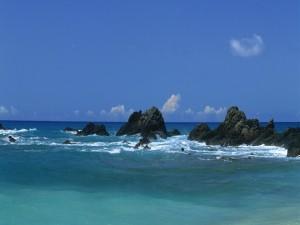 Postal: Grandes rocas en el mar azul