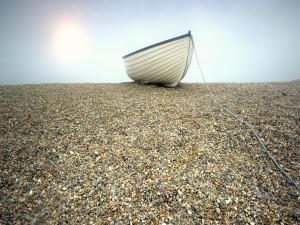 Barca en las piedras