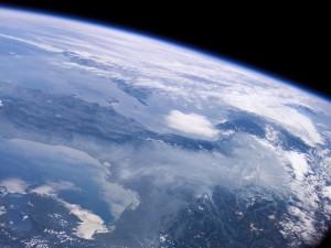 La Tierra con su atmósfera azul