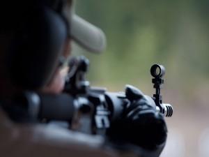 Soldado apuntando con su arma